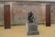 """Pomník vojáka 2. světové války před muzeem u tzv. The Normandy Memorial Wall. Vpravo od něj železná deska s českým nápisem """"Pamatuj 6. 6.–21. 8. 1944"""". FOTO: Jiří Plachý"""