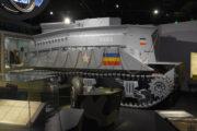 """Jeden ze zhruba 60 tanků Sherman BARV (Beach Armoured Recovery Vehicle) z roku 1943 vystavený uvnitř expozice. Tank byl jednou z """"hraček"""" vyvinutých týmem sira Hobarta a byl určený pro vyprošťování uvízlých vozidel na vyloďovacích plážích. FOTO: Prokop Tomek"""