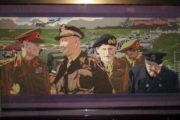 """Jeden z 34 """"panelů"""" z The Overlord Embroidery. Na snímku je vlevo britský král Jiří VI., uprostřed generál Bernard Montgomery a vpravo Winston Churchill. FOTO: Jiří Plachý"""