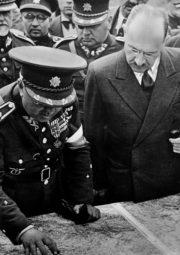 Vládě Milana Hodži (v popředí vpravo) připadl 21. září 1938 přetěžký úděl přijmout britsko-francouzský plán. Snímek pochází ze závěrečných cvičení z roku 1937 v jižních Čechách. Uprostřed v horní části snímku arm.gen. Jan Syrový, Hodžův nástupce ve funkci ministerského předsedy. FOTO: VHÚ Praha