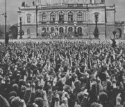 Přijetí britsko-francouzského plánu čs. vládou vyvolalo 21. září 1938 vlnu demonstrací po celé zemi. Občané žádali demisi kabinetu a ukončení ústupků před vnějším tlakem. FOTO: VHÚ Praha