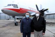 Oficiální předávání renovovaného letounu Avia Av-14: vlevo ředitel Vojenského technického ústavu Jiří Protiva, vpravo ředitel Vojenského historického ústavu Praha, brigádní generál Aleš Knížek