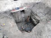 Detail jímky s nálezy, torzo granátu leželo uvnitř nábojnice ráže 12,8 cm