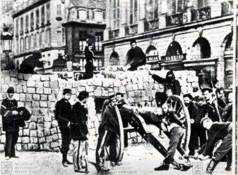 Pařížští komunardi u barikády