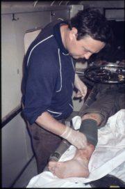 Ošetřování zraněného během nasazení v Perském zálivu