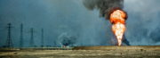 Snímek hořících vrtů v Kuvajtu.