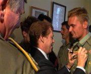 Po návratu ze Zálivu se vojáci setkali s prezidentem Václavem Havlem v Komorním Hrádku. Při této příležitosti se jim prezident podepisoval na blůzu. Tento snímek je vystřižený z armádního filmu Doopravdy z roku 1991, který mapoval působení Čechoslováků v Zálivu.