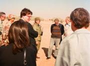 Ještě přímo v Zálivu vojáky navštívil ministr zahraničí Jiří Dienstbier a prezidentův poradce Alexandr Vondra.