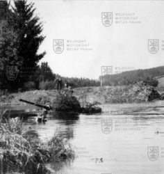 Československý střední tank T-34/85 během překonávání vodního toku