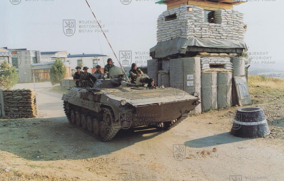 BVP-1 sosádkou 4. průzkumné roty KFOR vyráží na patrolu vroce 2000