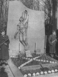 Pietní akt u pomníku sestřeleným americkým letcům vTroubkách vroce 1948