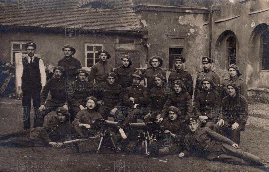 Skupinová fotografie příslušníků ČS. Pěšího pluku č. 35, ze začátku 20. let 20. století