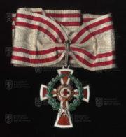 Čestné vyznamenání za zásluhy o Červený kříž, I. třída – nákrční klenot s válečnou dekorací (avers). FOTO VHÚ.