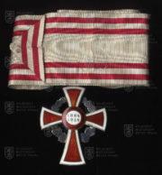 Čestné vyznamenání za zásluhy o Červený kříž, I. třída – nákrční klenot s válečnou dekorací (revers). FOTO VHÚ.