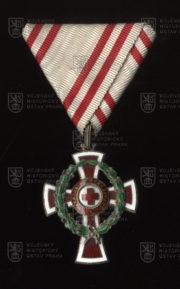 Čestné vyznamenání za zásluhy o Červený kříž, II. třída s válečnou dekorací (avers). FOTO VHÚ.