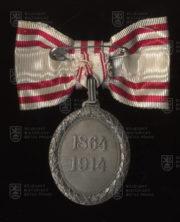 Čestné vyznamenání za zásluhy o Červený kříž, stříbrná medaile na dámské stuze s válečnou dekorací (revers). FOTO VHÚ.