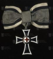 Mariánský kříž Řádu německých rytířů, II. třída na dámské stuze (avers). FOTO VHÚ.