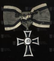 Mariánský kříž Řádu německých rytířů, II. třída na dámské stuze (revers). FOTO VHÚ.