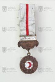 Turecká medaile Červeného půlměsíce, 3. stupeň – horní závěsné ramínko absentuje (avers). FOTO VHÚ.