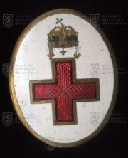 Rakousko-uherský čepicový odznak nemocniční sestry. FOTO VHÚ.