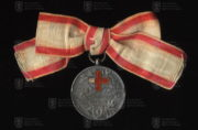 Srbská medaile Za službu srbskému červenému kříži na dámské stuze, 1. stupeň - verze z období balkánských válek 1912-1913 (avers). FOTO VHÚ.