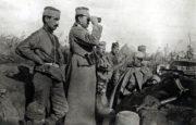 Příslušníci srbské 1. dobrovolnické divize v zákopech u Amzače v říjnu 1916.