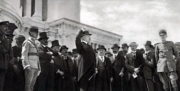 Italský ministerský předseda Vittorio Orlando řeční během přísahy a odevzdání praporu čs. legií u pomníku Viktora Emanuela II. v Římě, jež se konala 24. května 1918.