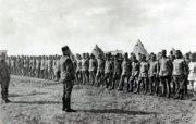Srbský velitel se v Mikře u Soluně loučí s  čs. dobrovolníky odcházejícími do Francie.