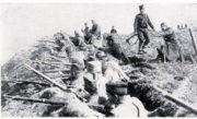 Srbské jednotky v zákopech během bojů v létě 1914.