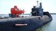 Malá růžová ponorka nebyla součástí původního stroje, je instalována pro potřeby muzea