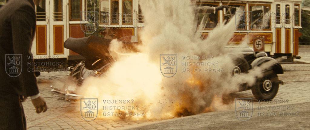 Zfilmu Anthropoid: výbuch bomby při atentátu na Reinharda Heydricha