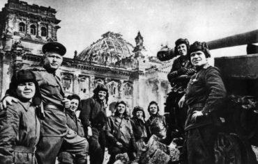 Skupinová fotografie příslušníků Rudé armády po dobytí Berlína vkvětnu 1945