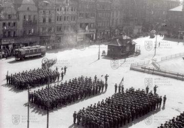 Nástup příslušníků 2. pěší divize Armády Spojených států amerických  13. května 1945