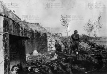 Německý voják u objektu Molotovovy linie během operace Barbarossa 1941
