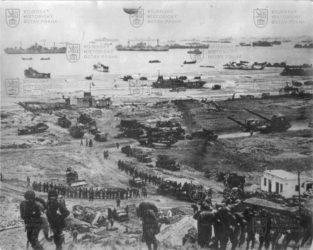 Snímek z vylodění Spojenců v Normandii 6. června 1944