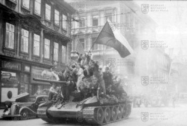 Tank Rudé armády T-34/85 obklopený českými povstalci v květnu 1945 v Praze
