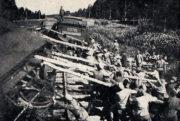 Odstraňování rozbitých vagónů z kolejí.