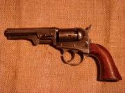 Revolver Cooper Pocket z roku 1864, dvojčinný perkusní revolver s otevřeným rámem.