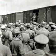 Poručík Čeček oznamuje legionářům v Serdobsku 28. května 1918 rozkaz Trockého o odzbrojení čs. vojska.