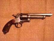 Revolver LeMat (1856), jednočinný perkusní revolver se dvěma hlavněmi – horní kulová hlaveň (9 nábojů v komorách válce), spodní broková hlaveň (jediný náboj v ose válce).