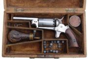 Revolver Walch Pocket v kazetě s příslušenstvím, kolem 1862; vzácný desetiranný perkusní revolver se dvěma bicími kohouty.