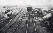 Bolševici při ústupu často na trati zanechávali překážky v podobě zničených vagónů, či vytrhaných kolejí. Na snímku překážky na trati k Ufě.