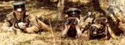 Fotografie vystihující dobového ducha obránců hranic před rokem 1989: mladí muži se zbraněmi, sledování případného narušitele, pes coby zvířecí pomocník vojáka. Snímek byl zjevně pečlivě inscenován...