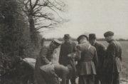 Vyzvednutí ukrytého operačního materiálu dne 18. května 1941 příslušníky britské tajné služby. Richter na snímcích v civilu s kloboukem.