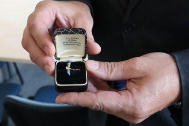 VHÚ získal vzácný výsadkářský pamětní odznak