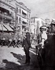 Francouzský generál Maurice Sarrail, velitel pestrého konglomerátu dohodových vojsk na soluňské frontě, přehlíží defilující italské jednotky. Jeho tzv. Východní spojenecké armády měly za úkol podpořit Rumuny odlehčující ofenzívou proti Bulharům. (VHÚ Praha)