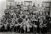 Skupina důstojníků 4. pluku I. srbské dobrovolnické divize po návratu z Dobrudže. Ve čtyřech pěších plucích divize sloužilo před odchodem na rumunskou frontu téměř 600 Čechů a několik Slováků, z nich mělo 128 důstojnickou hodnost. (VHÚ Praha)