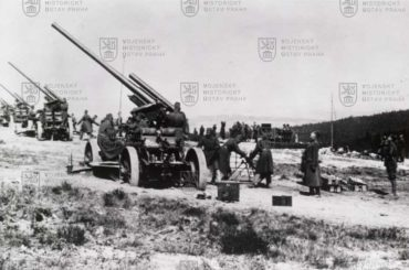 Baterie 8,35cm kanónů proti letadlům vz. 22 během cvičných střeleb