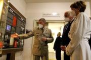 Německý prezident Frank-Walter Steinmeier s manželkou při návštěvě Národního památníku hrdinů heydrichiády - výklad podává ředitel Odboru muzeí VHÚ plk. Michal Burian