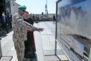 Výstavní panely s fotografiemi z Afghánistánu, připraveno Vojenským historickým ústavem Praha. Ředitel VHÚ, brigádní generál Aleš Knížek a kardinál Dominik Duka.